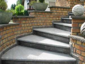 Hier gelangen Sie zu den Treppen für den Außenbereich