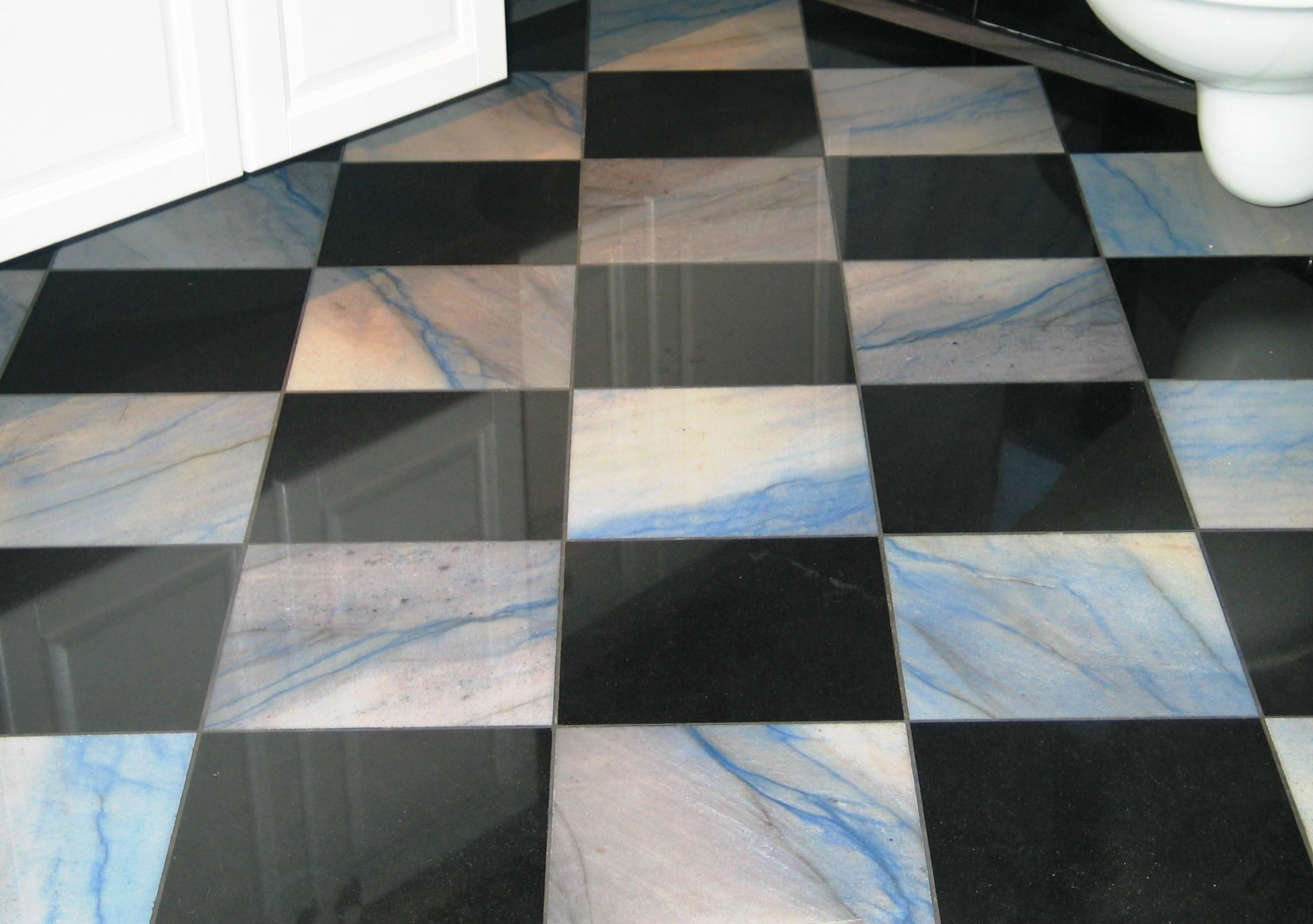 Nero Assoluto in Kombination mit Azul Macaubas Bodenbelag